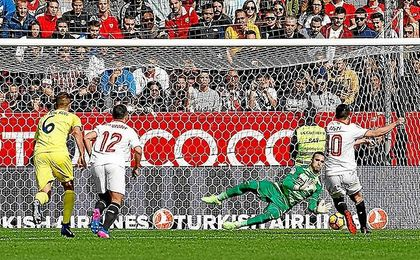 Sergio Asenjo ataja el lanzamiento de penalti de Nasri.