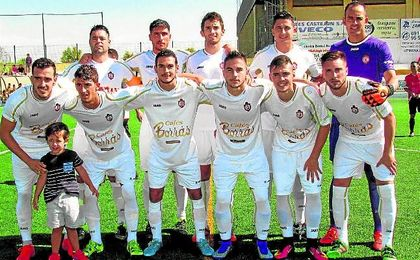 Los jugadores del Utrera posan antes del inicio del encuentro ante el San Roque de Cádiz.