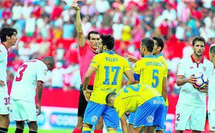 Munuera Montero vio penalti en la acción sobre Vitolo de Bigas, al que expulsó.
