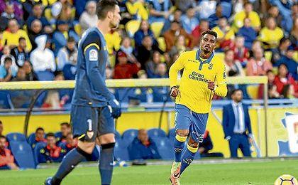 Sergio Rico, con el balón ante la mirada de Boateng.