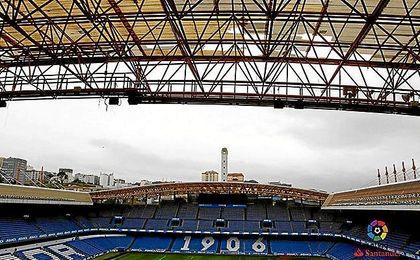 Imagen de la cubierta dañada del estadio de Riazor.