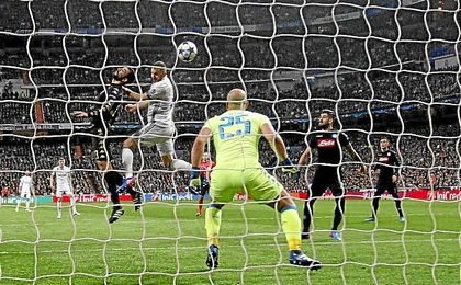 Benzema cabecea para hacer el primer gol del Real Madrid.