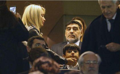 En la imagen, Maradona junto a Rocío Oliva en el palco del Santiago Bernabéu durante el Real Madrid-Nápoles. UESyndication.