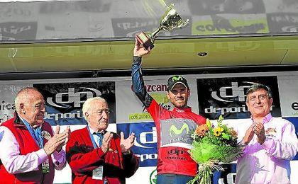 Valverde recibe un premio.