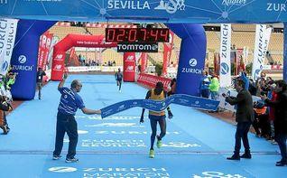 El keniano Erikus Titus gana y establece un nuevo récord del Maratón de Sevilla