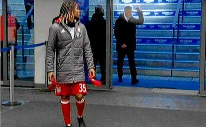 Momento en el que Ancelotti, al fondo, hace una peineta a la afición del Hertha Berlin.