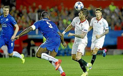 Jovetic controla el balón en la acción del segundo gol sevillista.