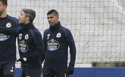 Luisinho dando indicaciones a Juanfran durante un entrenamiento.