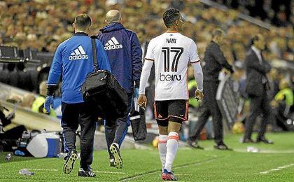 Momento en el que Nani abandona el césped lesionado.