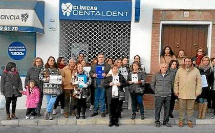 Clientes estafados en una clínica dental en Carmona.