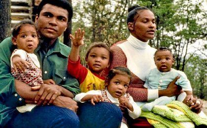 Agentes de Inmigración de EE.UU. detienen al hijo y a la exmujer del boxeador Muhammad Ali