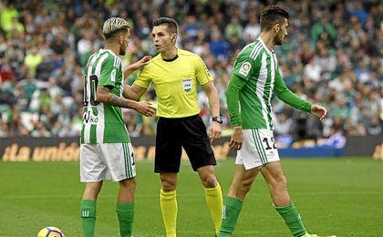 Del Cerro Grande conversa con Ceballos durante el partido.
