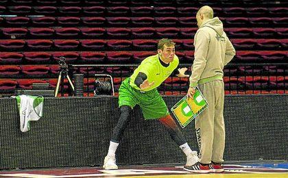 Radicevic recibe atentamente las instrucciones del técnico Javier Carrasco en la pista principal del Pabellón de San Pablo.