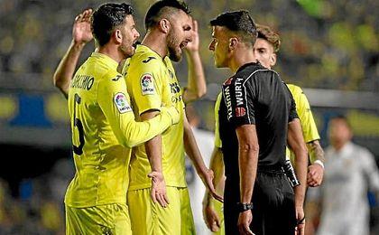Los jugadores del Villarreal protestan el penalti pitado por Gil Manzano.