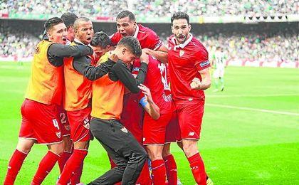 Los futbolistas del Sevilla celebran el tanto del Iborra, que dio el triunfo en Heliópolis y sitúa a los nervionenses con 52 puntos.
