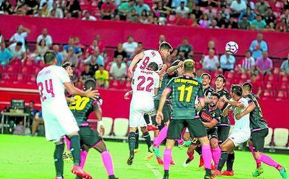 El Sevilla de Sampaoli marcó sus dos primeros goles a balón parado en la jornada inaugural. Lince.