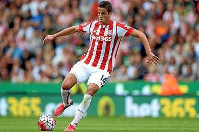 Afellay durante un partido de la pasada temporada con el Stoke.