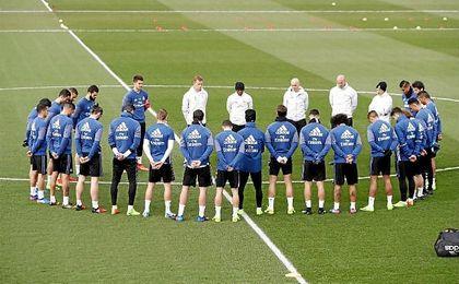 Jugadores y cuerpo técnico guardan un minuto de silencio por el fallecimiento de Raymond Kopa. UESyndication.