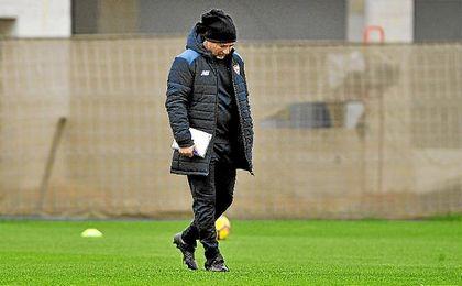 Sampaoli, pensativo en un entrenamiento del Sevilla.