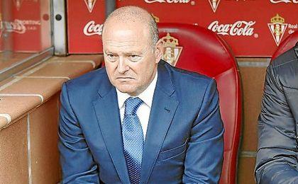 Pepe Mel, en el banquillo visitante de El Molinón.