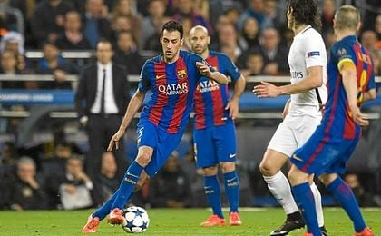 Emery, al fondo, observa a Busquets durante el Barça-PSG.