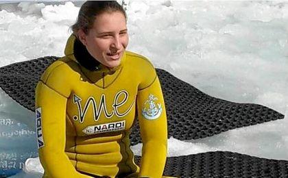 Una joven croata bate el récord de apnea bajo hielo en un lago italiano