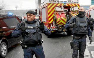 El asaltante de París-Orly tomó como rehén a una militar antes de morir abatido, según testigos