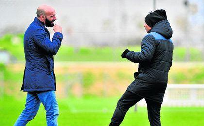 Sampaoli y Monchi conversan en un entrenamiento.