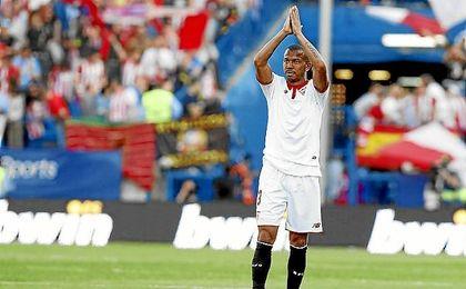 Mariano saluda a los aficionados del Sevilla que se desplazaron al Calderón.