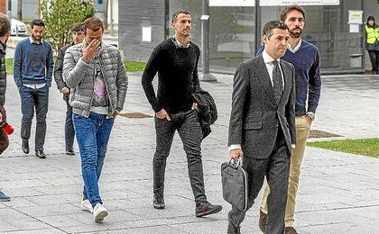 Antonio Amaya, Jordi Figueras y Xavi Torres, a su llegada a los Juzgados de Pamplona.