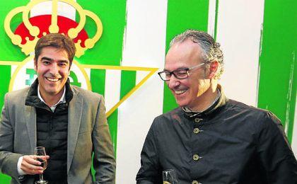 Miguel Torrecilla, junto al presidente del consejo, Ángel Haro, durante el brindis navideño.
