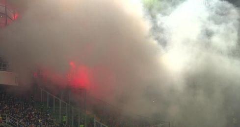 Interrumpen el Italia-Albania por bengalas lanzadas por hinchada visitante