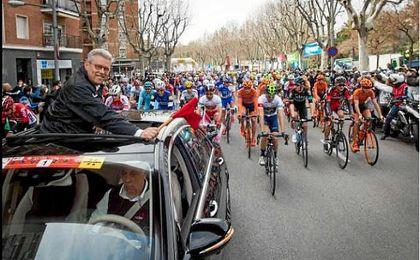 Rubén Peris, junto a los ciclistos de la Volta.