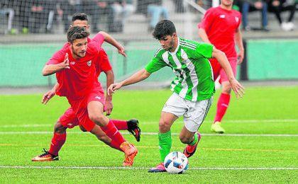 El sevillista Espinar y el verdiblanco Meléndez en un lance del derbi disputado en la primera vuelta, que finalizó con victoria bética por 2-1.