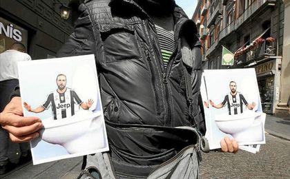 Estos días se vende papel higiénico con la cara de Higuaín en Nápoles.