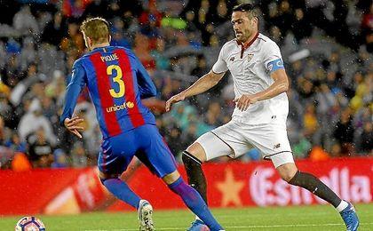 Iborra presiona a Piqué en un lance del partido.