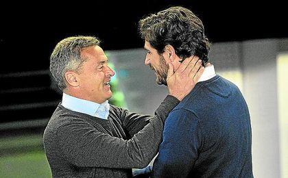 Víctor saluda a su homólogo del Villarreal, Fran Escribá.