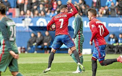 Sergio León celebra un gol esta temporada con Osasuna.