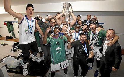 El Unicaja celebra su título.