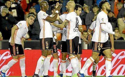 Gesto solidario de los jugadores del Valencia.