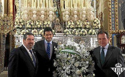 El Betis ha realizado la ofrenda floral a Hermandad de Santa Genoveva.