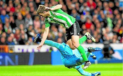 El atropello de Keylor Navas a Darko Brasanac que Mateu Lahoz indultó en el Bernabéu.