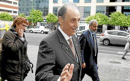 Manuel Ruiz de Lopera, en la puerta de los juzgados de Sevilla.