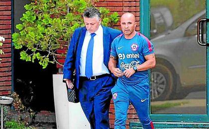 El abogado Fernando Baredes, junto a su representado Jorge Sampaoli durante su etapa como seleccionador de Chile.