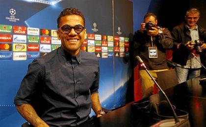 Dani Alves, feliz en su regreso a España.