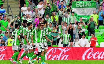 El plantel verdiblanco celebra el tanto del utrerano Dani Ceballos, el pasado domingo en el Villamarín ante el Eibar.