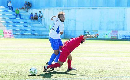 En la imagen, Óscar Rodríguez presiona al delantero castillejano Plata.