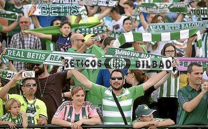 Partido de la Liga Santander disputado entre Betis y Eibar. En la imagen, aficionados del Betis.