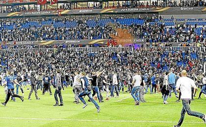 Imagen de la invasión del campo en el partido entre el Lyon y el Besiktas.