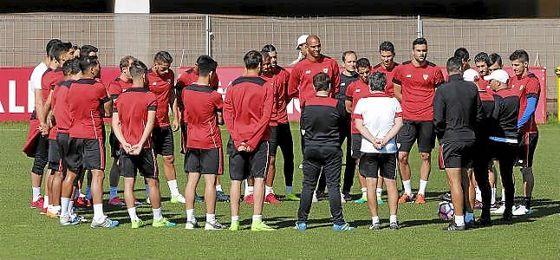 Sampaoli da una charla a sus jugadores antes del comienzo de un entrenamiento.